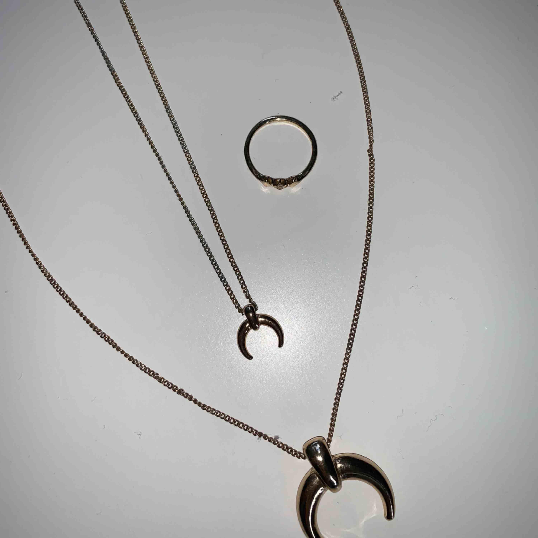 Set med två halsband & en ring i guld. Superfint skick! . Accessoarer.