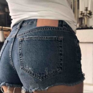 Ett par superfina jeansshorts från Pull&bear, knappt använda då de är för små för mig. Så dessa godingar letar efter en ny ägare så de kommer till användning🥰 (köparen står för frakten)