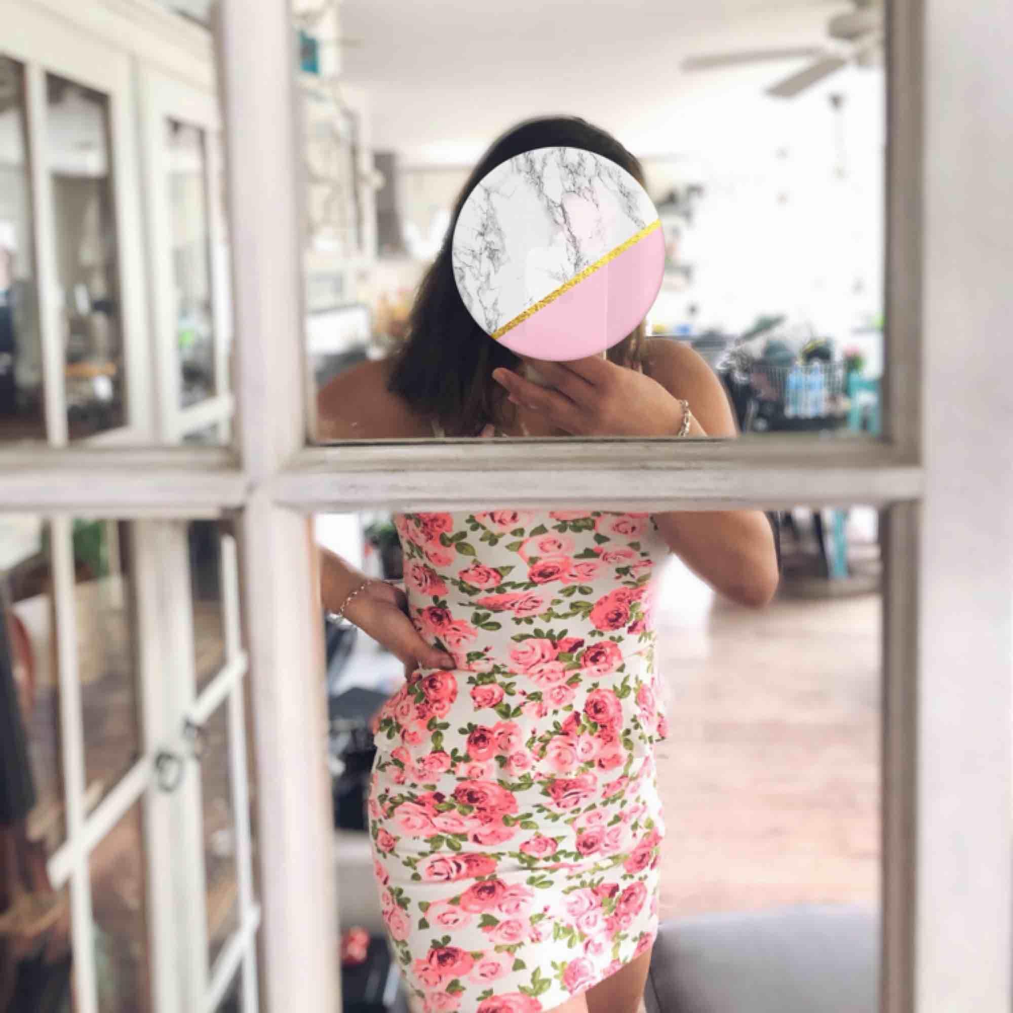 En blommig klänning med volang vid midjan från H&M, köparen står för frakten💖. Klänningar.