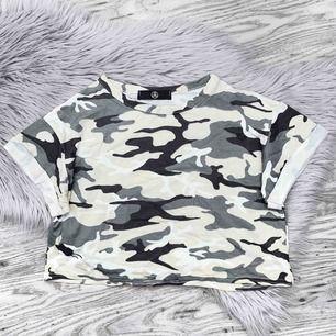 Camomönstrad kort t-shirt från Missguided, frakt kostar 20kr✨