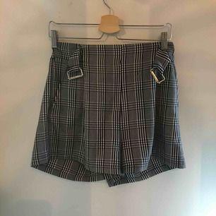 """Shorts i M men passar mig som har XS/S. Justeras med hjälp av """"skärp"""""""