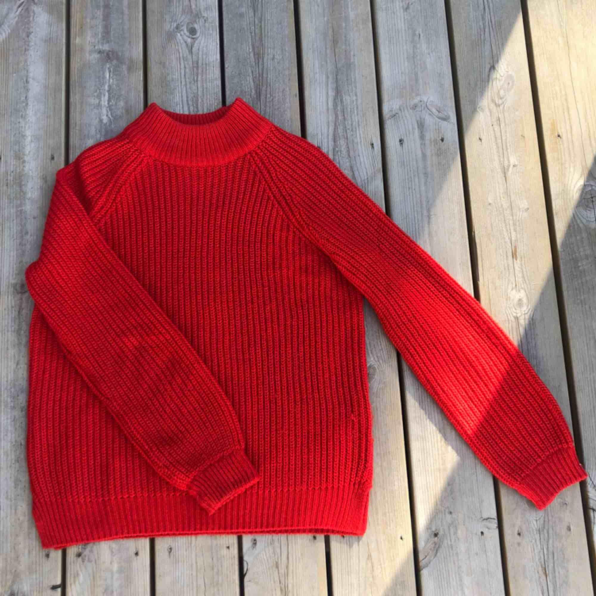 En röd stickad tröja från New Yorker. Storlek M. Stickat.