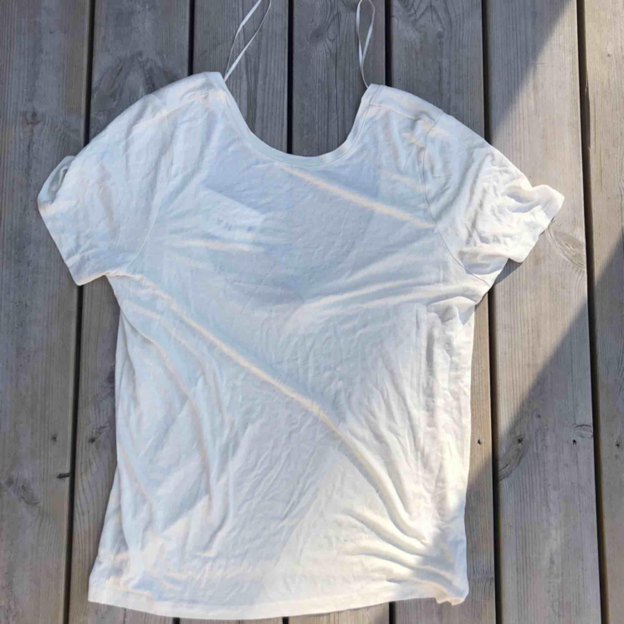 """En """"offwhite"""" deep back tee från NA-KD. Storlek S men ganska stor i storleken. Aldrig använd och prislappen är kvar på!!!  . T-shirts."""