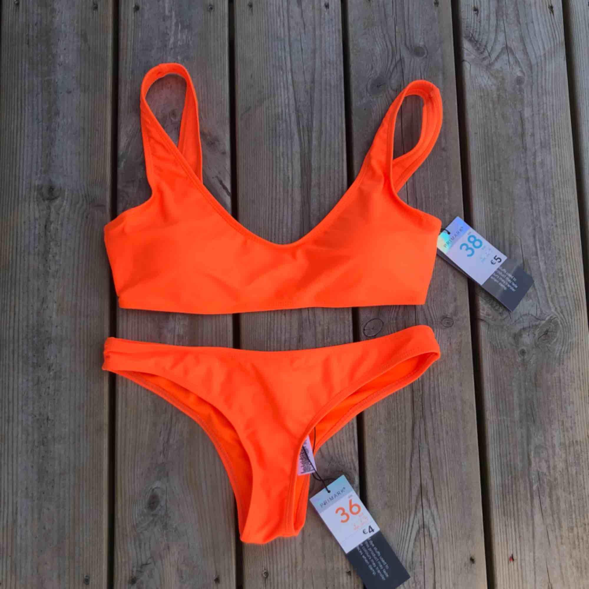 En orange bikini från primark. Storlek 36 på underdelen och storlek 38 på överdelen. Ganska små i storlekarna. 60kr för båda delarna eller 30kr styck. Aldrig använd med prislapparna kvar. . Övrigt.