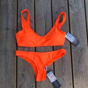 En orange bikini från primark. Storlek 36 på underdelen och storlek 38 på överdelen. Ganska små i storlekarna. 60kr för båda delarna eller 30kr styck. Aldrig använd med prislapparna kvar.