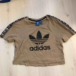 skitsnygg Adidaströja! Använd fåtal gånger. köparen står för frakten!