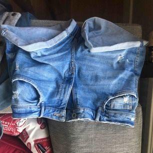 Ljusblå jeans från zara i bra skick. De är rätt strechiga så de sitter bra.