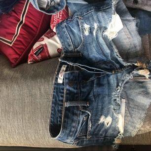 Jeansshorts från hollister i bra skick. Köpta för ca 400kr. Knäpps med knappar där fram och har även slitningar, se bild.