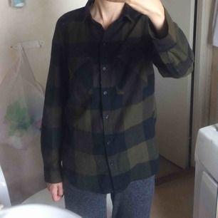Svart och grön-rutig bomullsskjorta i storlek 32. Frakt 45 kr