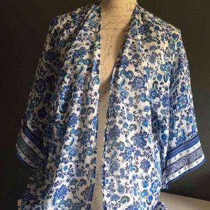 Nästan helt ny blå kimono skön till sommaren även till Stranden