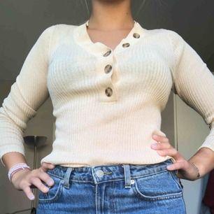 Ribbad beige långärmad tröja med knappar! Supersnygg men har dessvärre en liknande redan.  60kr + 10kr frakt<3