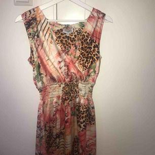 Säljer denna helt oanvända klänningen från BY JOLIMA🌺 En kort omlott klänning. Skulle säga att det är en mindre s eller en xs/s. Köpt för 700 kr men säljer för 249 kr för att den inte kommer till användning😕