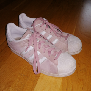 Adidasskor med rosa mocka, frakten ingår i priset. Använda ett fåtal gånger.