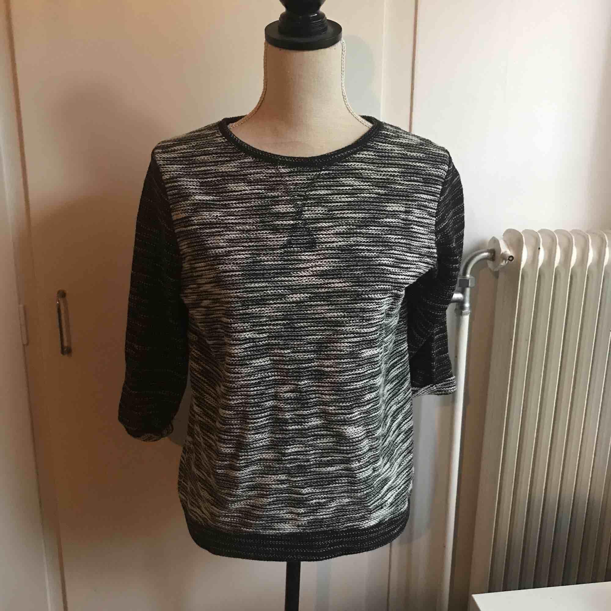 Stickad tröja i storlek S med trekvartslånga ärmar. Mötts antingen upp i Skellefteå, annars fraktar jag. ❇️(30+frakt)❇️. Stickat.