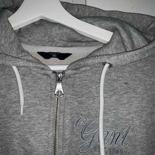 Asfin hoodie från Gant, är 9/10 i skick och sitter superfint på. Nypris 995. Säljes då den inte används & ja är i behov av pengar, kan ges billigare vid snabb & enkel affär. Frakten ingår inte i priset