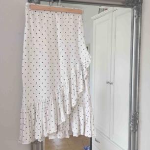 Säljer vidare denna kjolen jag precis fick hem från Plick! 🌼 Oanvänd av mig då den ej passade (därför jag säljer vidare). Superfin verkligen men ingen mening att spara på kläder som ej passar 🤷🏼♀️. Frakt tillkommer!