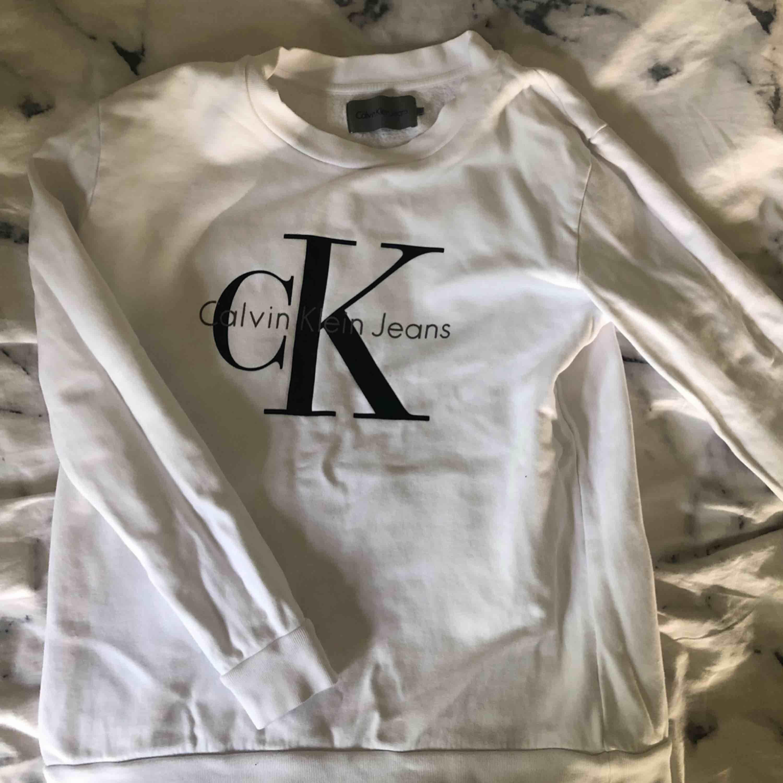 Äkta Calvin Klein tröja. Använd 2-3 gånger, perfekt skick. Säljer för endast 200 kr . Tröjor & Koftor.