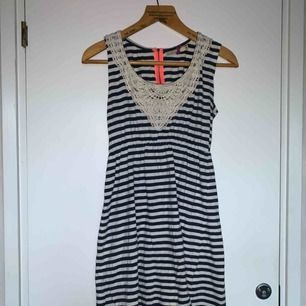 Fin randig klänning! Köpare står för frakt 🐝