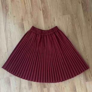Söt vinröd kjol!! Köpare står för frakt