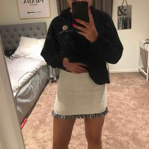 Otroligt söt kjol från zara köpt i london för ett tag sedan! Kommit till användning 3 gånger max. Kommer inte till användning då den är lite för kort för mig.