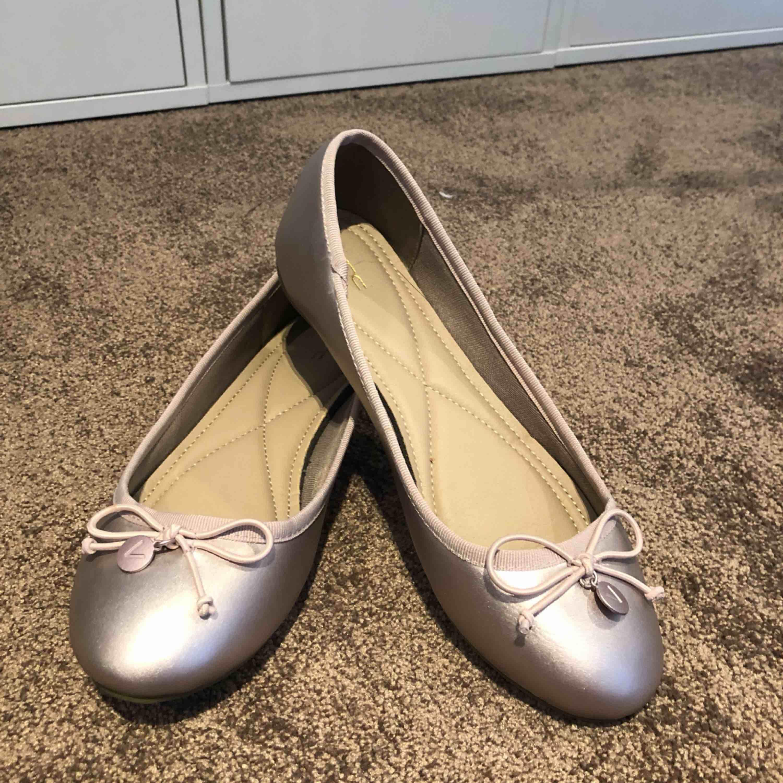 Jätte söta ballerina skor köpta utomlands för några år sedan! Aldrig använda då de faktiskt är för små för mig och jag har 39, så d är små i storleken! . Skor.