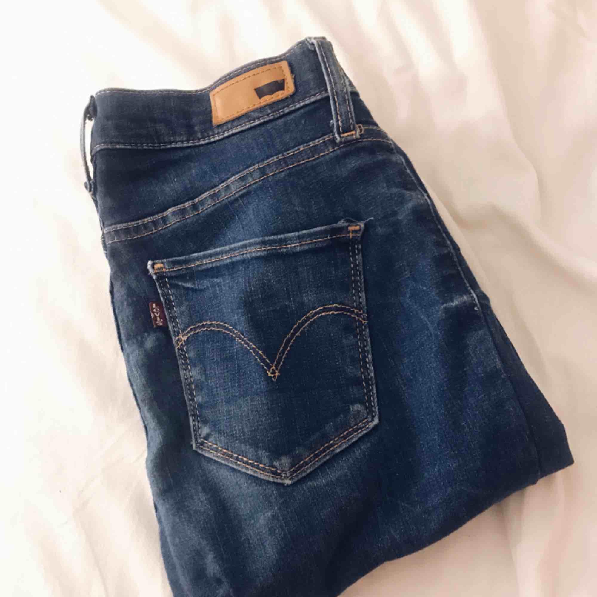 Jättefina blå jeans från Levi's, modellen 710 super skinny. Skulle säga att de sitter som S. Säljer pga att dom tyvärr inte kommer till användning. Fint skick då jag inte använt dom mke alls. Frakt tillkommer. . Jeans & Byxor.