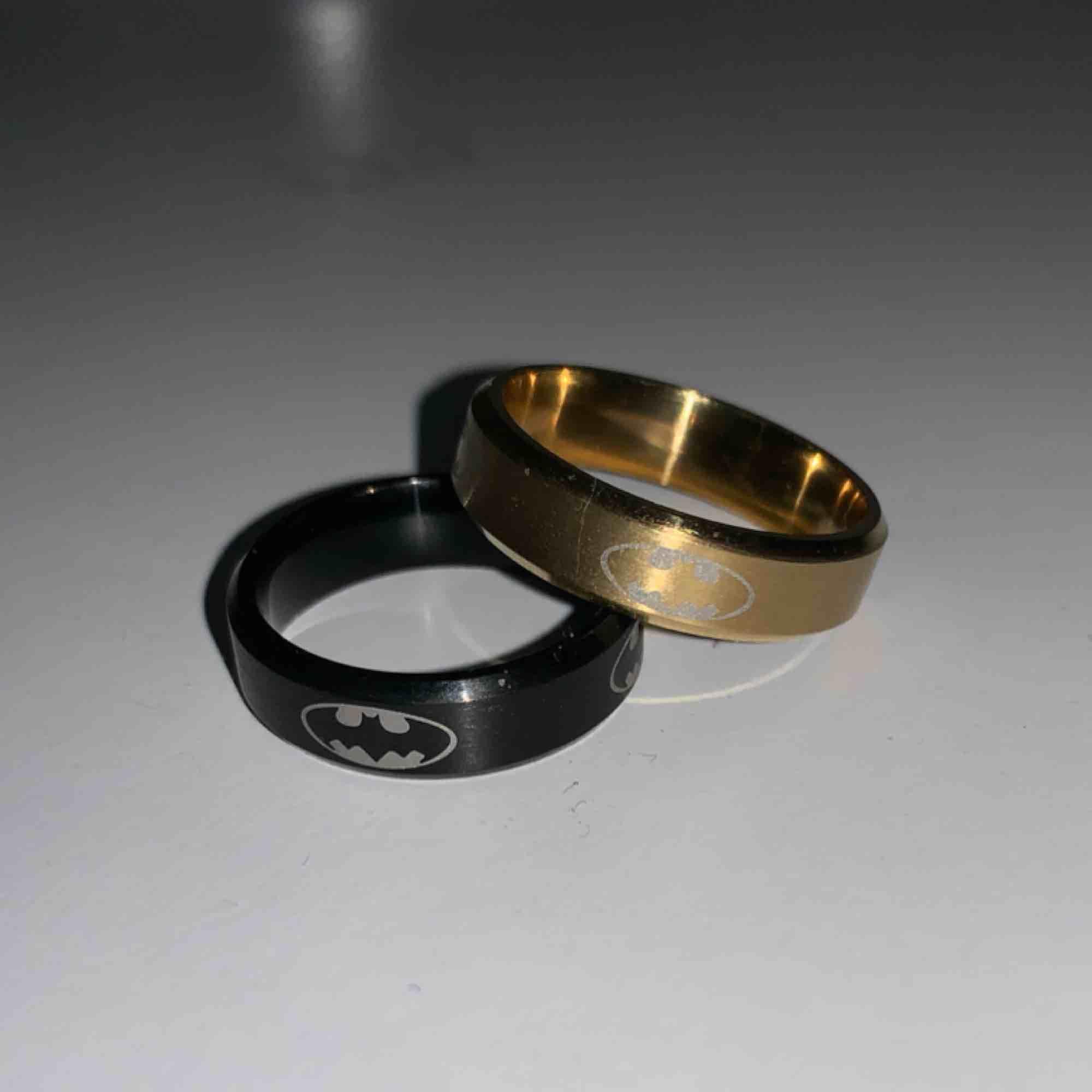 Sjukt coola ringar med batmans mörke på. Har guld, svart och även silver! Olika storlekar. Säljer 2 för 100kr eller alla tre färger för 120kr. Accessoarer.