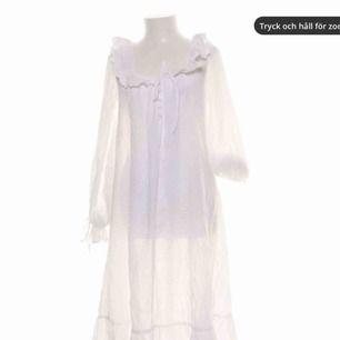Strandklänning köpt av Molly Rustas. Jag har aldrig använt den utan endast Molly, därav i fint skick. Transparent så bikini/baddräkt under ska synas