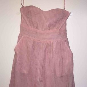 Förhandlingsbart. Rosa klänning med fickor Original pris: 200 kr Aldrig använd.