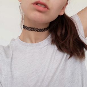 Svart nytt tattoo choker halsband i onesize. Väldigt töjbart. Köpare betalar frakt på 9 kr.