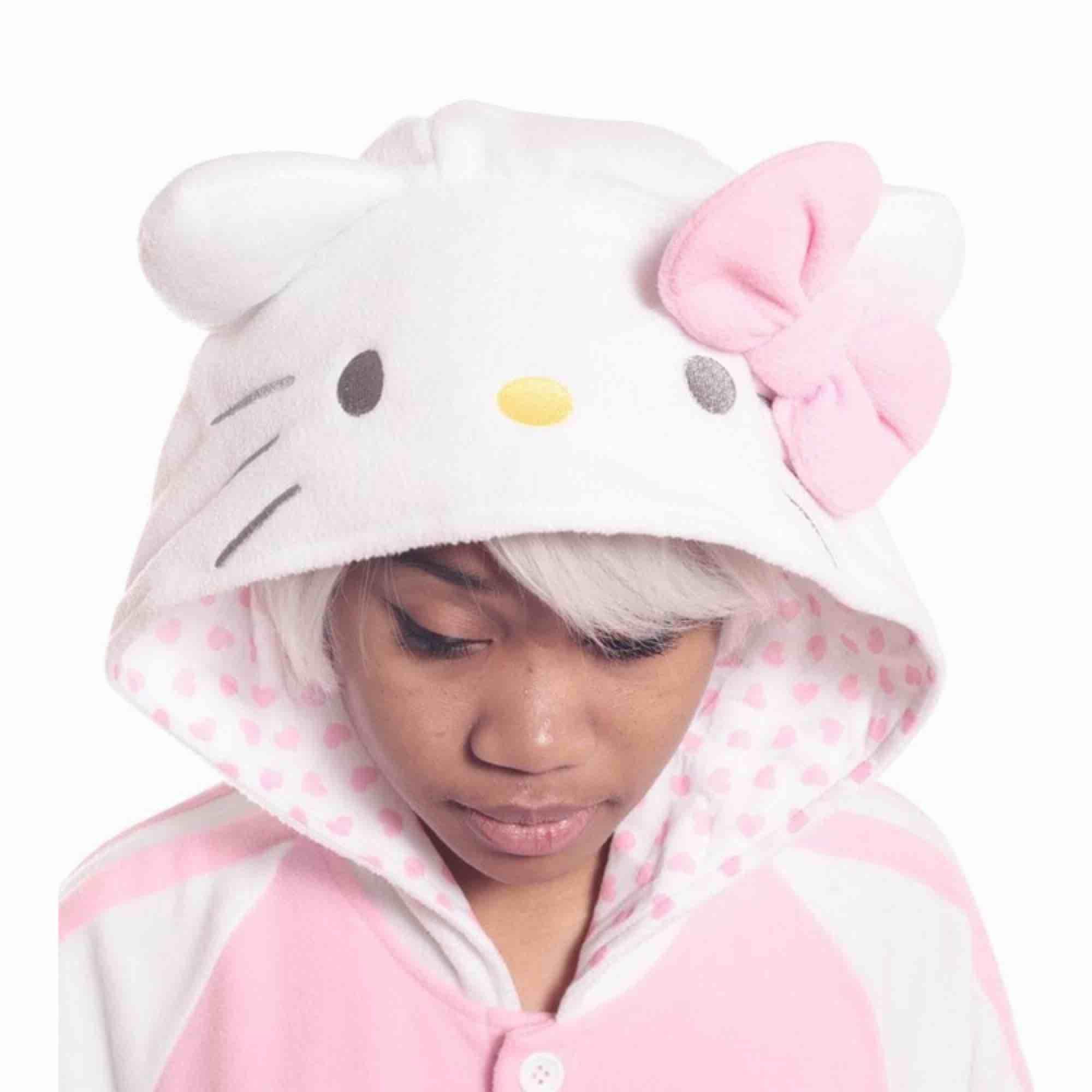 En hello Kitty kigurumi som är i nyskick, använd 2-3 gånger och då endast inomhus. 🥰  Frakt tillkommer 📦. Kostymer.