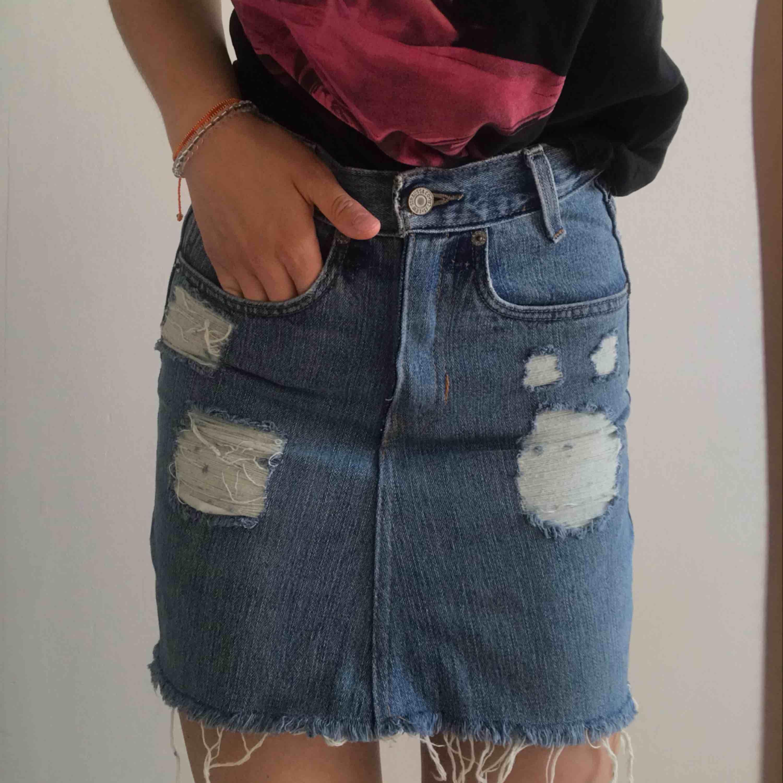 Säljer min absoluta favorit kjol från Levis. För att den blivit för liten, den är liten i storleken och skulle säga att den passar XXS. Använd ett fåtal gånger, så i jättebra skick. Frakt tillkommer:)). Kjolar.
