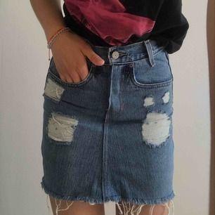 Säljer min absoluta favorit kjol från Levis. För att den blivit för liten, den är liten i storleken och skulle säga att den passar XXS. Använd ett fåtal gånger, så i jättebra skick. Frakt tillkommer:))