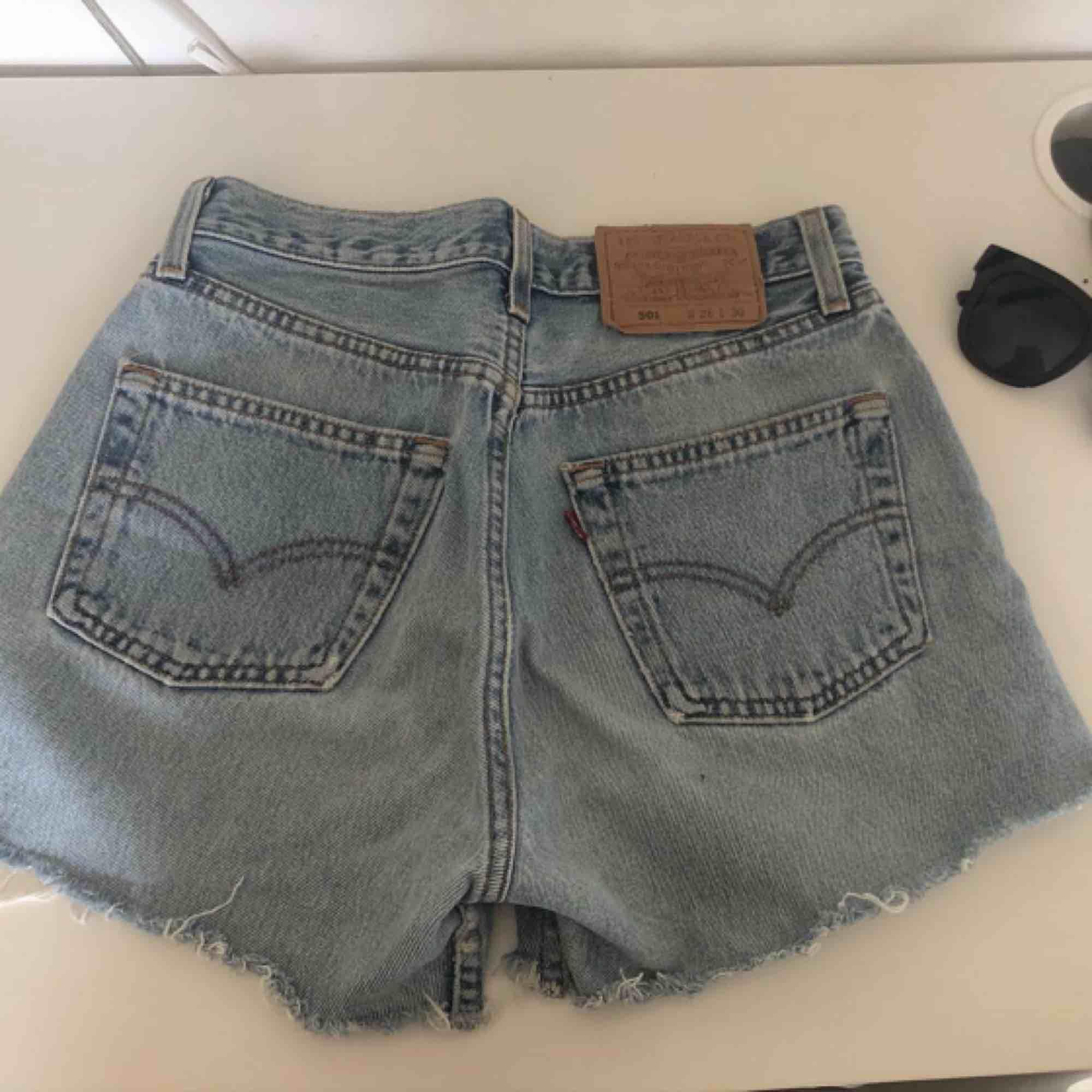 Superfina shorts från Levis, sitter jättebra på🌼 . Shorts.