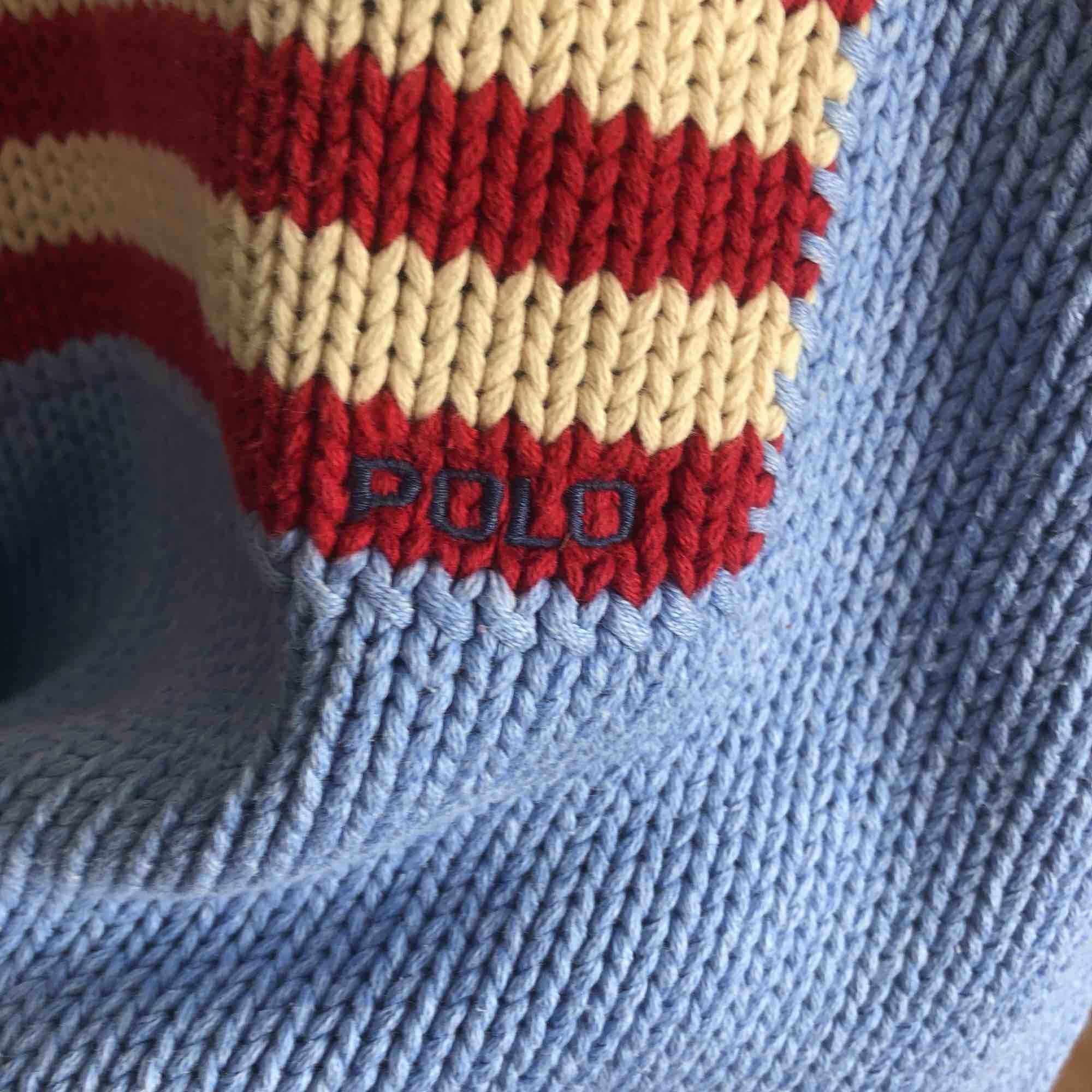 Skön stickad tröja från Ralph Lauren i fin ljusblå färg. . Toppar.