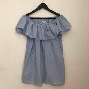 Off shoulder klänning från ZARA. Använd en gång.  Storlek S.