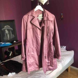Så snygg rosa trench coat, perfekt skick söker bara ett hem! Rensar ut hela min garderob under sommaren så kika in/följ för mer!