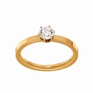 Guldig ring med en diamant från Edblad. Endast använd en gång! Storlek: XS (16,0 mm). Pris: 75:- 🦋