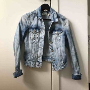 Nu säljer jag en blå jeansjacka med små slitningar från H&M. Bra skick.