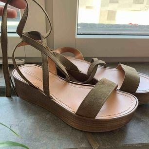 Sandaler från Asos. Använda 1 gång. Knyter runt vristen ☺️☺️☺️