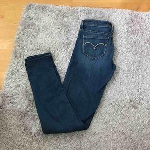 Säljer nu mina lågmidjade Levis jeans pågrund av att de är för små. Väldigt bra skick använts ett fåtal gånger.