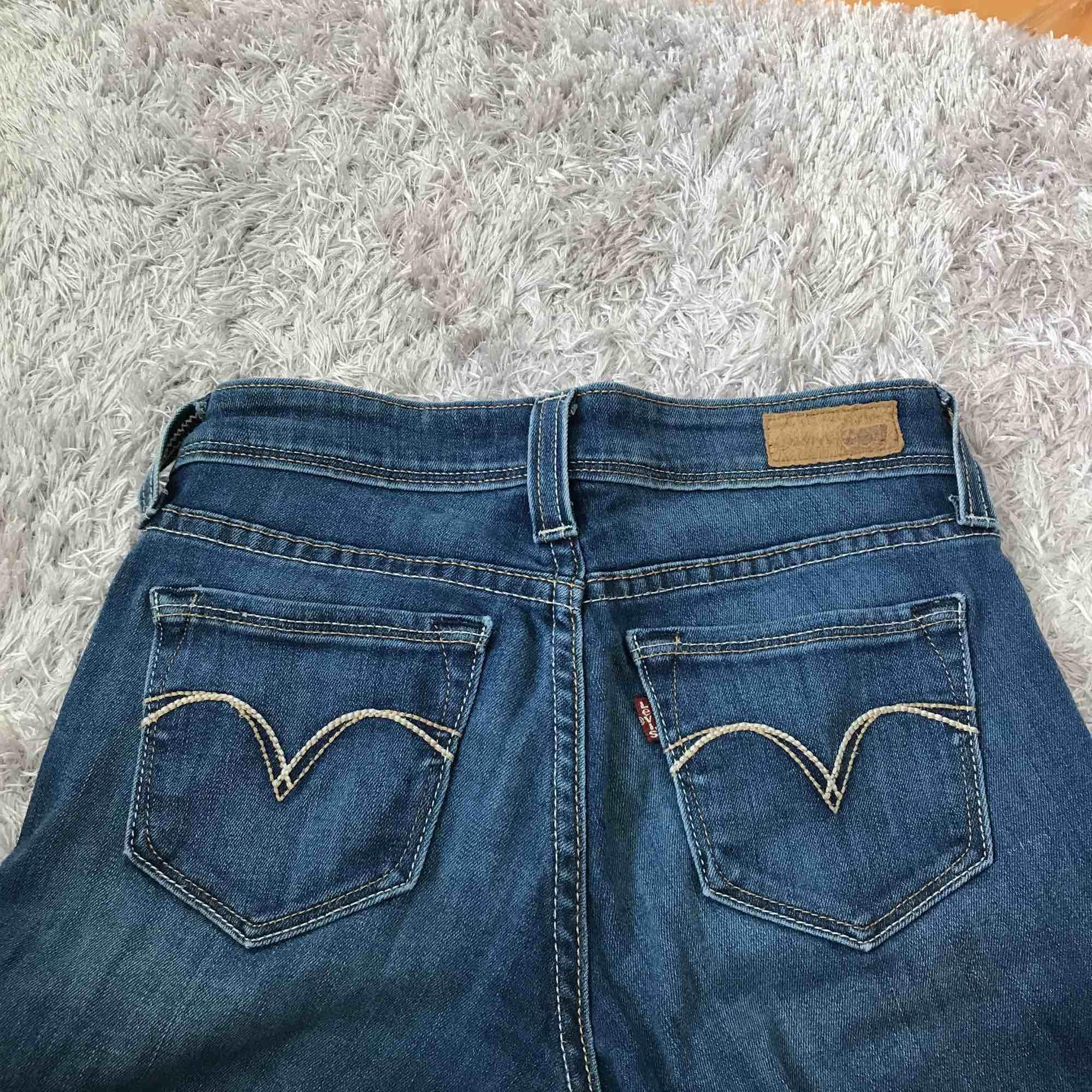 Säljer nu mina lågmidjade Levis jeans pågrund av att de är för små. Väldigt bra skick använts ett fåtal gånger.. Jeans & Byxor.