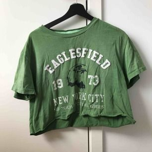 Skit cool T-shirt från so much i färgen grön. T-shirten är avklippt där nere. Bra skick