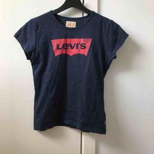 Säljer min sköna Levis T-shirt. Väldigt bra skick.