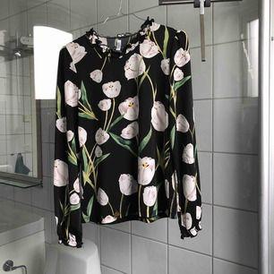 Gullig blommig tröja, köpt på Whoops