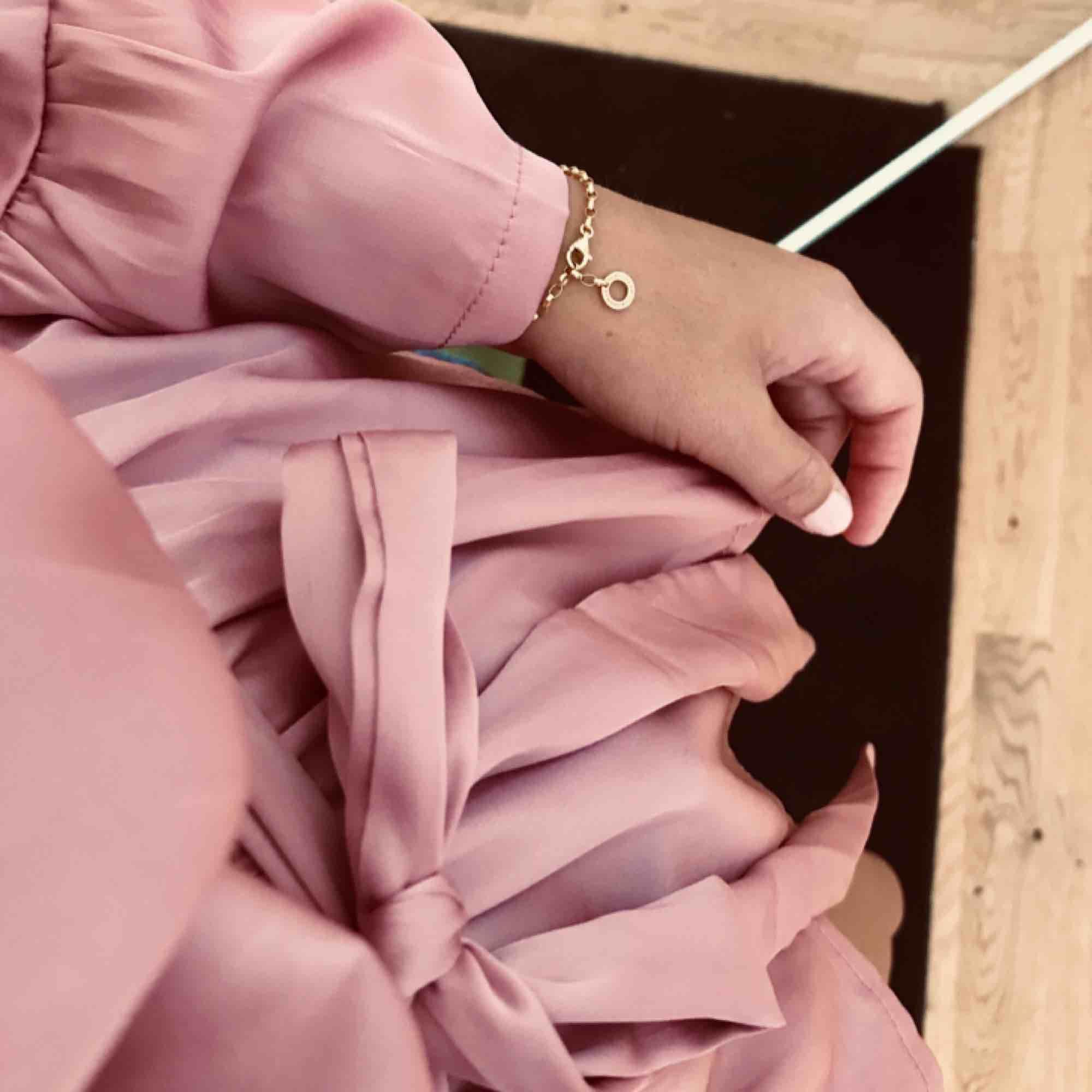 Blus i silkes-liknande material. . Blusar.