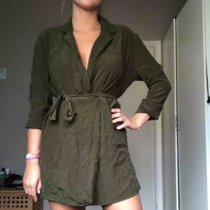 Khaki-grön klänning med knyte i midjan.  120kr + frakt. <3