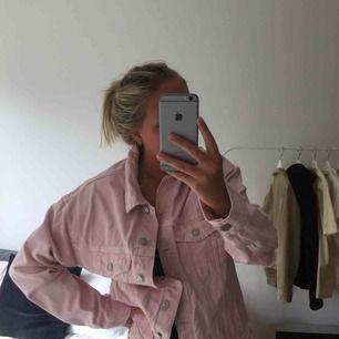 Skitsnygg oversize jeansjacka från Bershka! Slitning på ena armbågen. Möts upp i Malmö eller så betalar köpare frakt! 💖