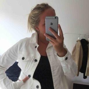 Vit snygg jeansjacka från Cubus! Möts upp i Malmö eller betalar köparen frakt! 🥰
