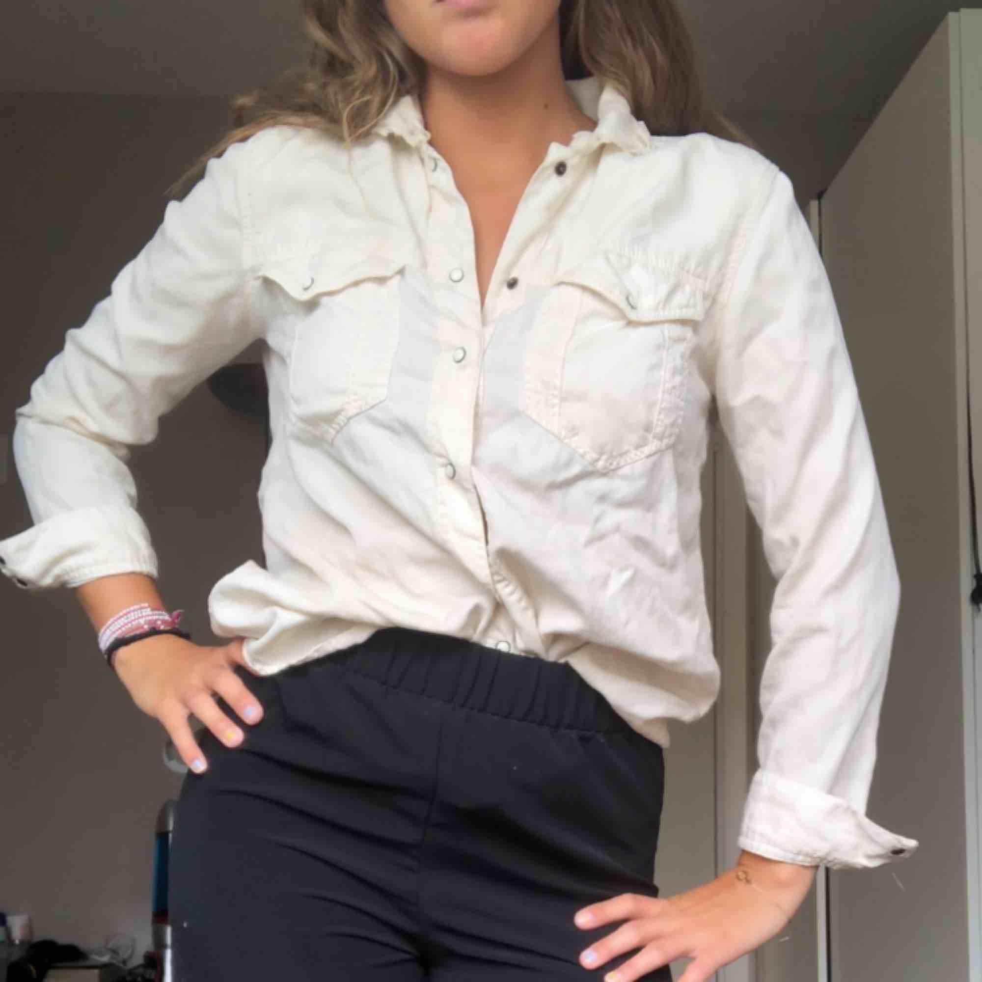 Cremevit skjorta i ett väldigt skönt material. Kan även användas som en tunn jacka!  80kr + frakt. <3     Köpt secondhand i superfint skick med justeringar i kragen från den första ägaren! . Skjortor.